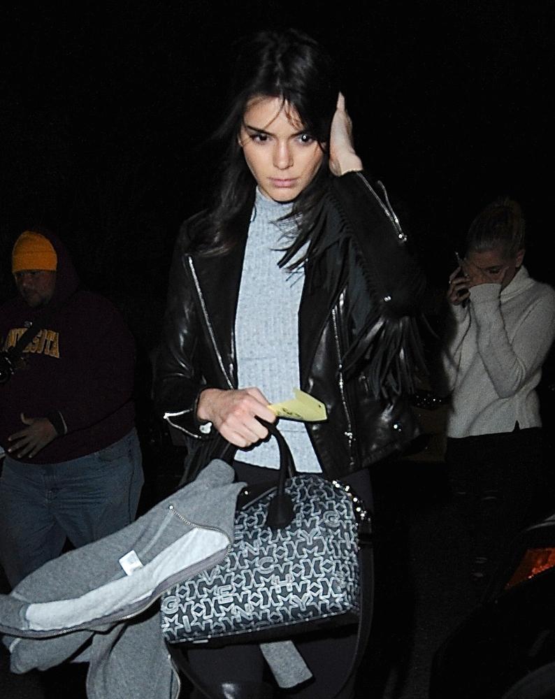 Kendall-Jenner-Givenchy-Antigona-Logo-Fabric-4