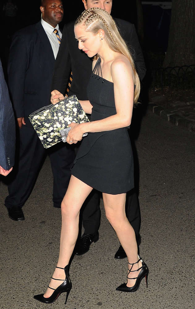 Amanda-Seyfried-Givenchy-Floral-Pouch