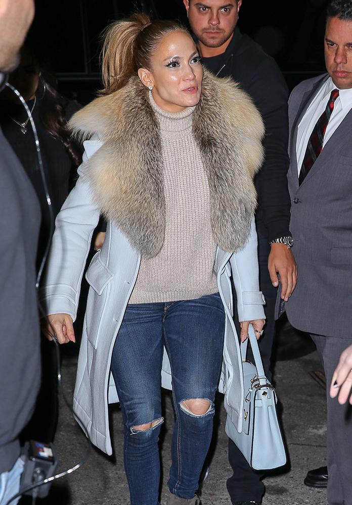 Jennifer-Lopez-Valentino-My-Rockstud-Bag-Blue