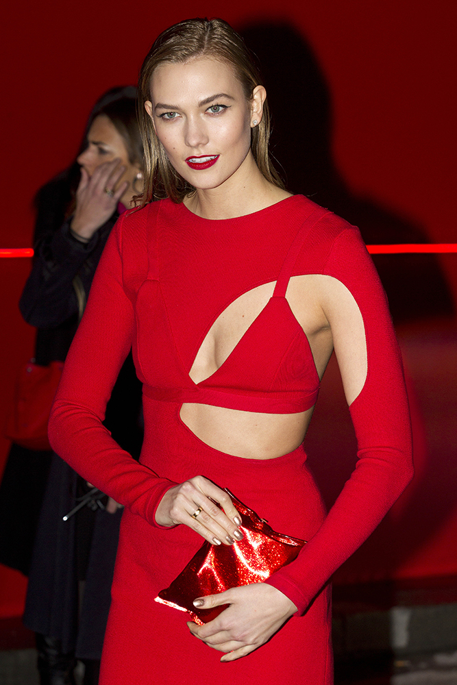 Karlie-Kloss-Anya-Hindmarch-Crisp-Packet-Clutch