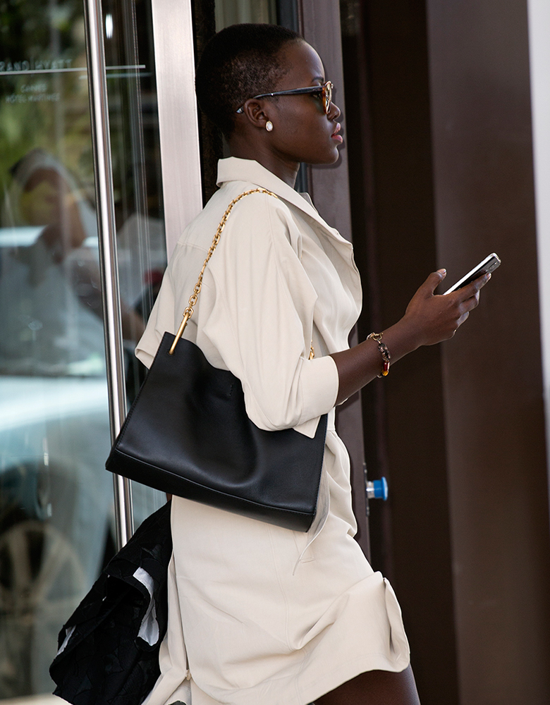 Lupita-Nyongo-Black-Chain-Shoulder-Bag