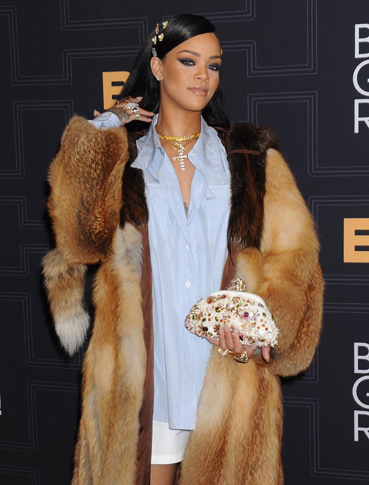 Rihanna-Dolce-and-Gabbana-Dea-Clutch