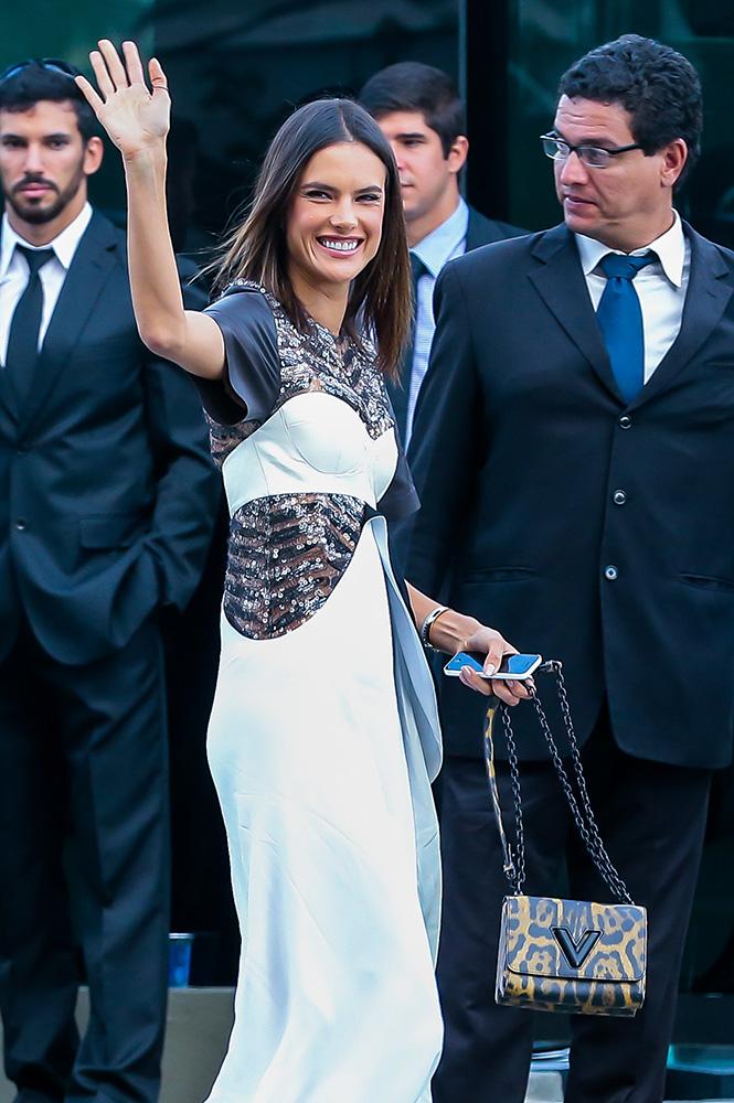 Alessandra-Ambrosio-Louis-Vuitton-Twist-Bag