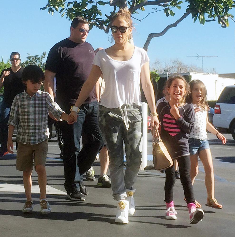 Jennifer-Lopez-Valentino-My-Rockstud-Mini-Tote