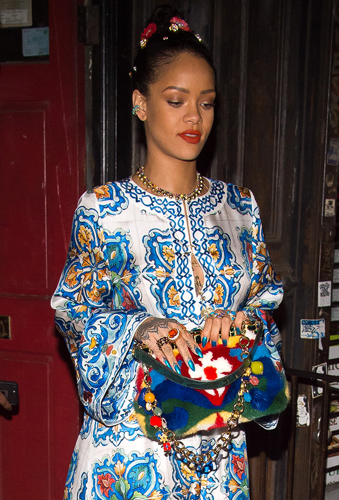 Rihanna-Dolce-and-Gabbana-Vanda-Fur-Clutch
