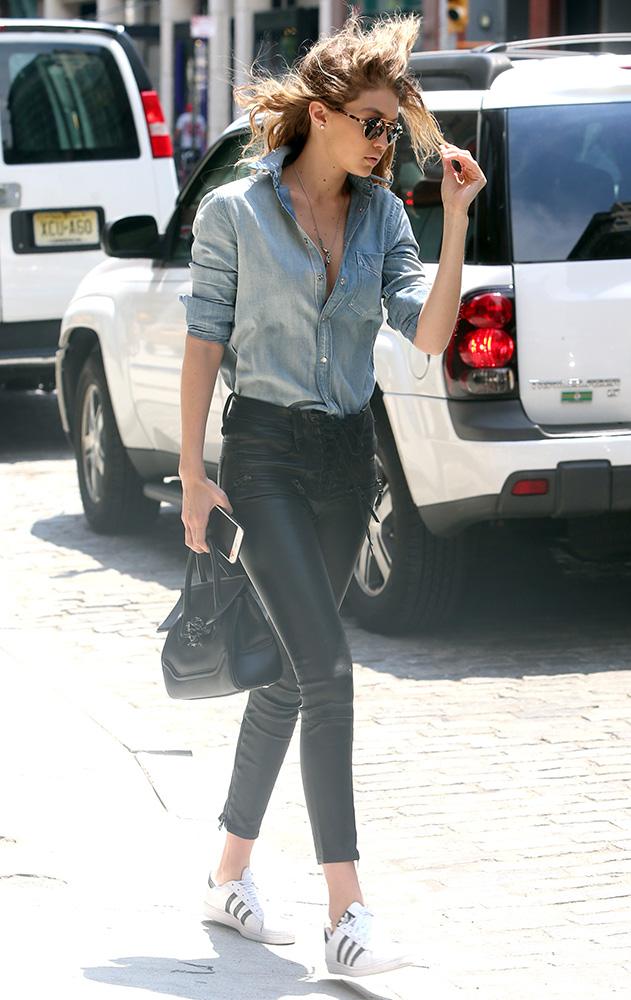 Gigi-Hadid-Versace-Palazzo-Empire-Mini-Bag-8