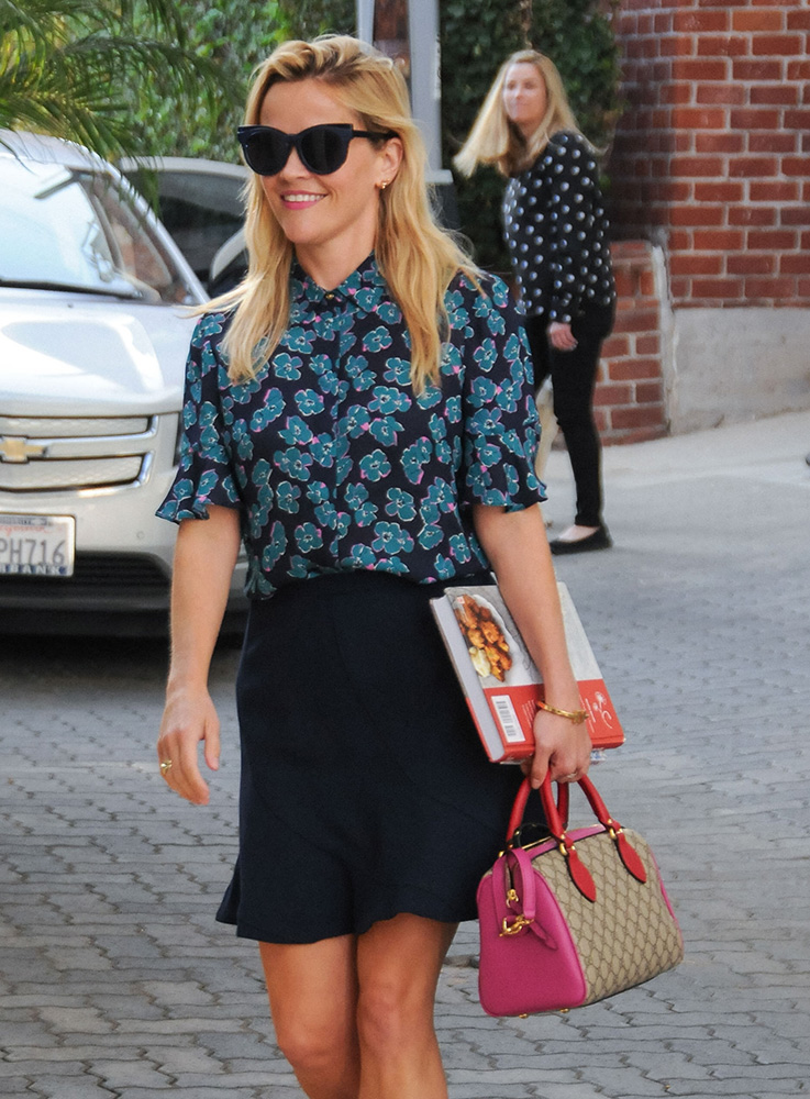 reese-witherspoon-gucci-gg-supreme-top-handle-bag