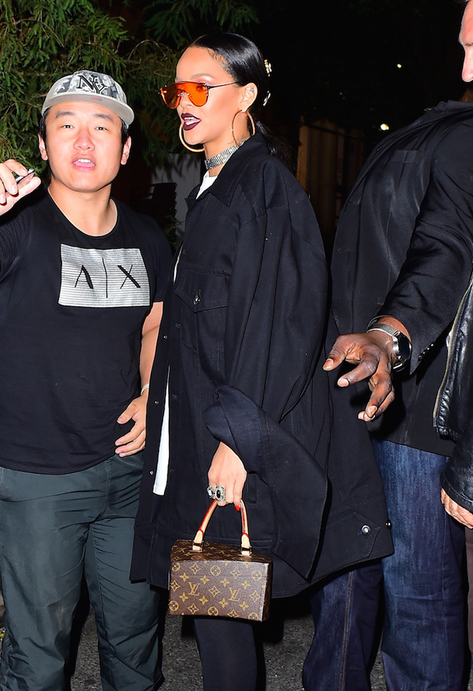rihanna-louis-vuitton-frank-gehry-twisted-monogram-bag