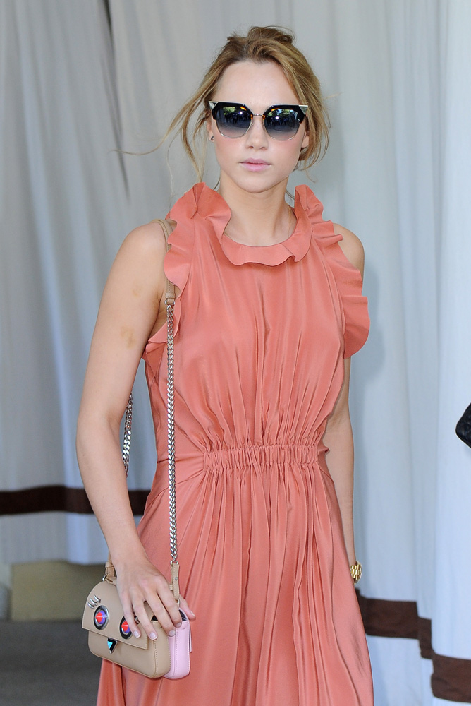 Suki-Waterhouse-Fendi-Double-Micro-Baguette-Bag