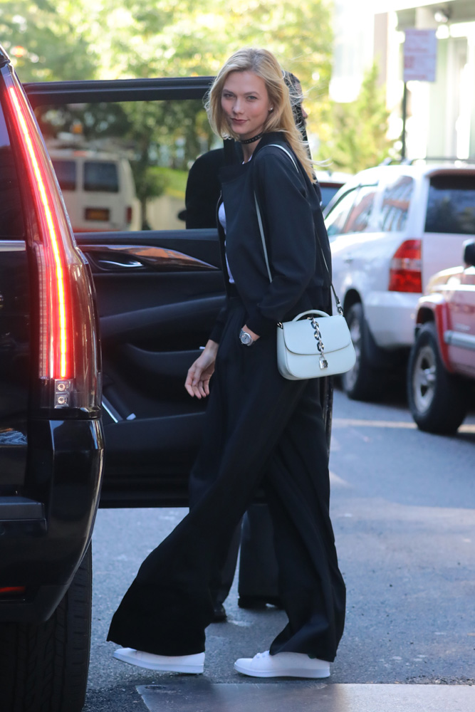 karlie-kloss-new-louis-vuitton-top-handle-bag-6