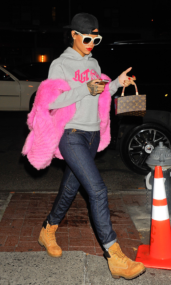 rihanna-louis-vuitton-frank-gehry-twisted-monogram-bag-8