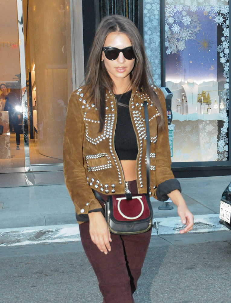 emily-ratajkowski-salvatore-ferragamo-mini-crossbody-bag