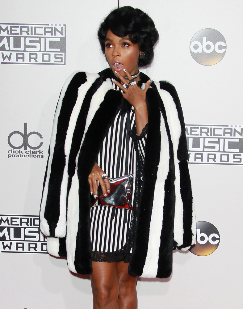 janelle-monae-anya-hindmarch-crisp-packet-clutch