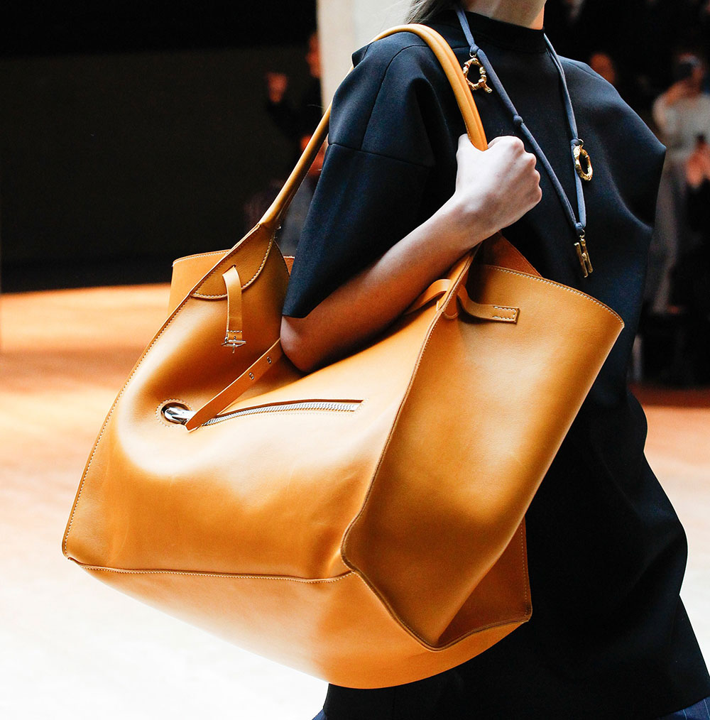 fall 2017 39 s biggest runway bag trend enormous oversized totes and shoulder bags purseblog. Black Bedroom Furniture Sets. Home Design Ideas