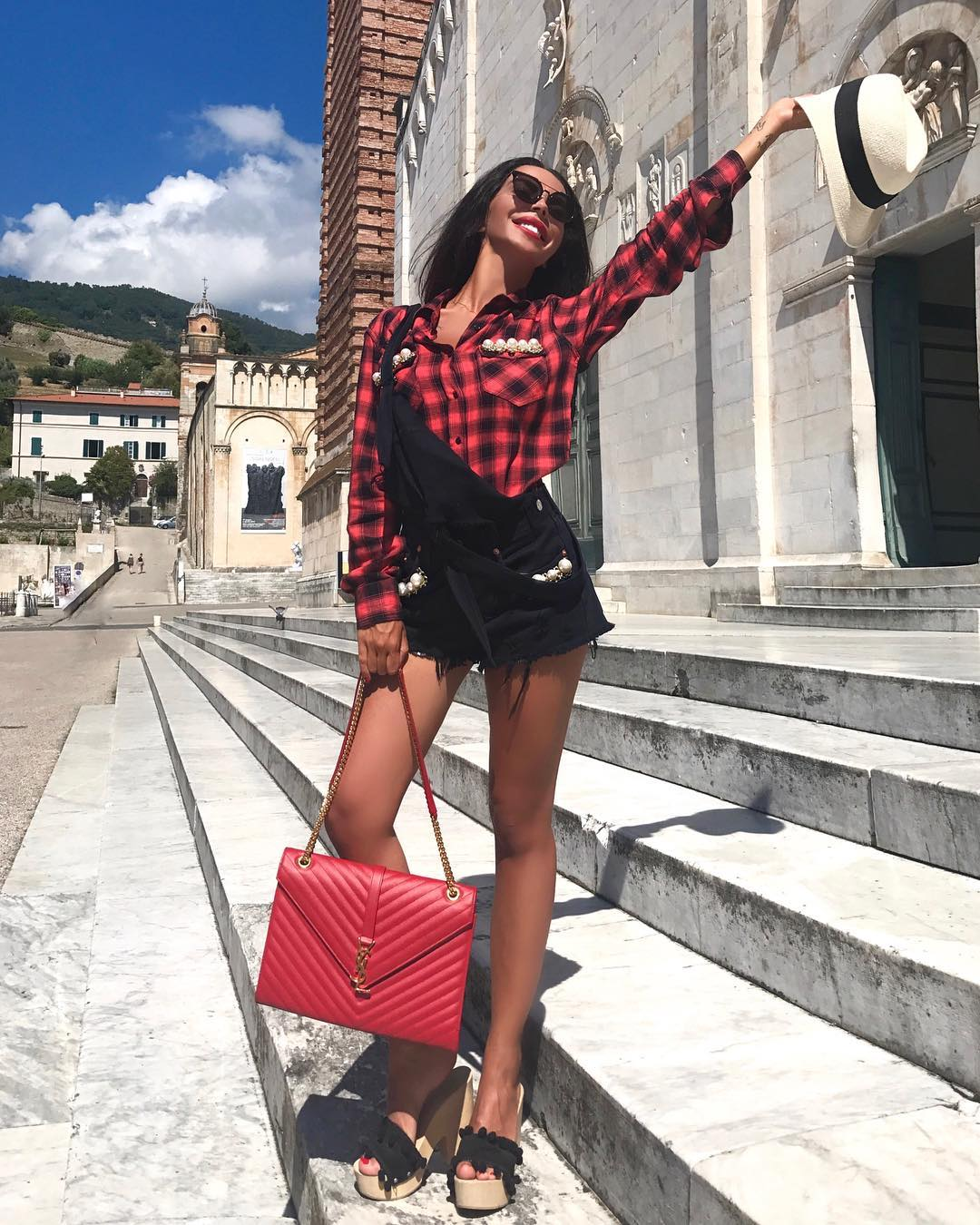 9e583f723f  giulianatiofficial Accessorizes with her Large Envelope Chain Bag  2